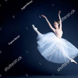 Балерина на тёмном фоне