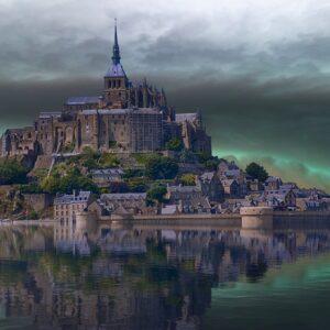 Замок на воде на закате