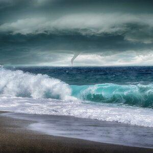 Бурный прилив и смерч на воде